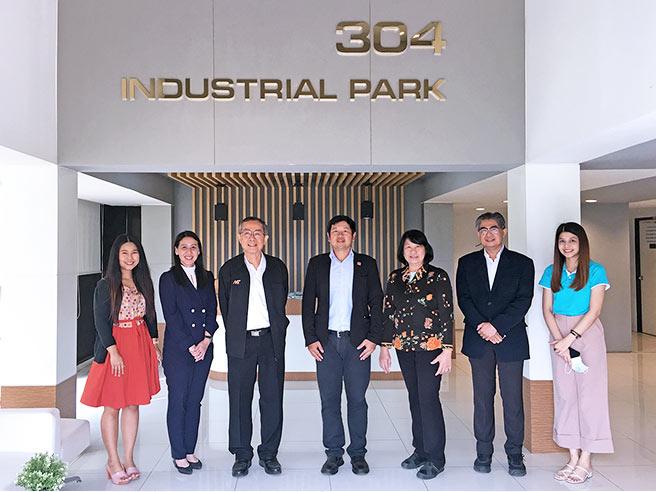 ผศ.ประยูร เชี่ยววัฒนา และคณะผู้บริหาร เข้าพบ คุณกิตติพันธ์ จิตต์เป็นธรรม ประธานเจ้าหน้าที่บริหาร สวนอุตสาหกรรม 304